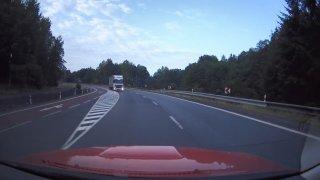 Video: Kamion v protisměru málem smetl hasiče jedoucí k zásahu. Vyhnuli se mu na poslední chvíli