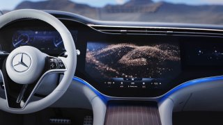 Video ukazuje skutečnou velikost displeje v Mercedesu EQS. Jedná se o úžasný zážitek