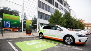 Zůstatková hodnota elektromobilů prudce klesá. Už několikaletá auta jsou prakticky bezcenná