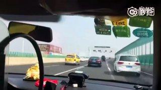Taxikář závodní jízdou vyděsil zákaznici, málem brečela