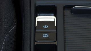 Řidičské mýty: Není pravda, že elektronická ručka funguje hůře než klasická. Umí i zachránit život