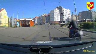Ukradl motorku zdravotníkům, ujížděl na ní policii Prahou v cyklistické helmě. Nakonec ho vytrestala