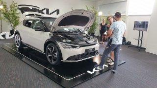 Škodě Enyaq iV přijíždí další velký soupeř. Češi elektromobil Kia EV6 kupují, aniž by v něm seděli