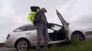 Pepa má na dálnici defekt a chybí mu náhradní kolo. Co dělat?