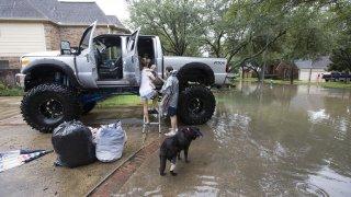 Monster trucky a velké pickupy zachraňovaly během hurikánu v Texasu životy