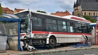 Za tragickou nehodu linkoveho autobusu ve Slaném může nejspíš obuv řidiče. Měl žabky