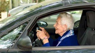 Přemluv dědečka a babičku. Když se přihlásí na kurz bezpečné jízdy, mají to zadarmo