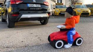 Nouzové brzdění při vyparkování někdy vůbec nefunguje, ukázal test. Auta přehlédnou dítě i dospělého