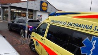 Dva senioři se u obchodu poprali o parkovací místo. Jeden druhému rozsekl obličej holí