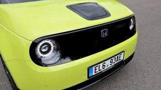 KOMENTÁŘ: Ceny elektromobilů a spalovacích aut se prý vyrovnají v roce 2027. Kdo to zaplatí?