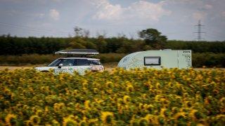 Tak jako slunečnice každý den otáčí se za karavane