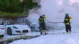 Demonstranti v Hamburku zapálili parkoviště plné Porsche