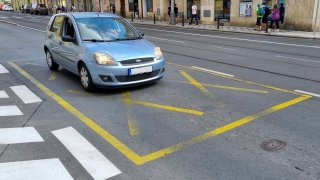 Žluté kříže řidiči často ignorují, protože stání na nich policie málo pokutuje. Je to bezohlednost