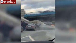 Míchačka zavadila o most a srazila jej na projíždějící auto