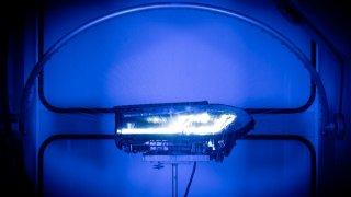 V Helle vyrábějí světlomety na auta, jejichž podobu nesmějí znát. Automobilky si je pečlivě hlídají