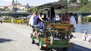 Řidiči si mohou oddechnout. Pivní kola blokující dopravu zmizí z pražských ulic