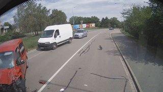 Video: Špatné držení volantu vedlo ke zbytečné nehodě. Podívejte se, jak se dá v Brně trefit autobus