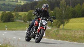 Přehled nejzábavnějších nahatých motocyklů, které se dají pořídit do 200 tisíc korun