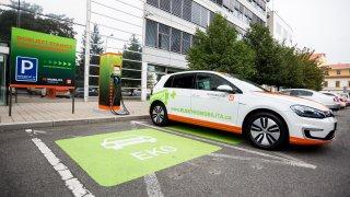 Elektromobilitu v Česku zařízli poskytovatelé elektřiny. Některé jejich ceny jsou dražší než benzin