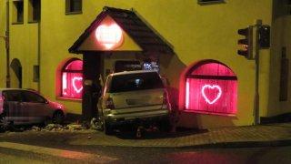 Video: Opilá řidička nezvládla zatáčku. Vrazila do nočního klubu jak terorista. Tam zavládla panika
