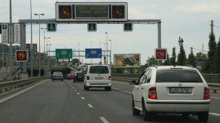 Praha to myslí s mýtem za vjezd do města vážně. Chce se zbavit aut v ulicích a zvýhodňovat MHD