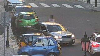 Podívejte se, jak se v Praze bojuje o parkovací místa: hadicí s vodou, nebo zalehnutím sokova auta