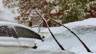 Zamrzlé okno u auta lze poškodit i neškodnou škrabkou. Máme několik rad a tipů, jak na námrazu