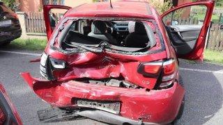Dostala pokutu za bezpečnostní pás. Musela si ho zapnout a za chvíli jí při nehodě zachránil život
