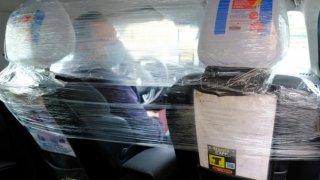 Igelitem oddělený prostor pro řidiče a pasažéry na zadních sedadlech. Tak jezdí někteří taxikáři