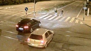 Záběry, ze kterých mrazí: Řidič srazil tři mladé ženy na přechodu, když jim jiný dával přednost