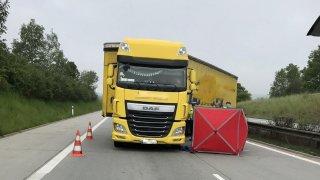 Řidič kamionu dostal na dálnici D5 infarkt a naboural. Snahy o jeho záchranu byly marné