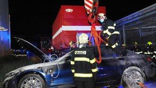 Požár elektromobilu může být peklo, varují hasiči. V kontejneru s vodou stráví i týden