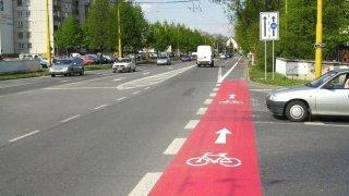 Politik žaluje Mnichov. Na prázdných pruzích vyhrazených pro cyklisty pořádá na protest pikniky