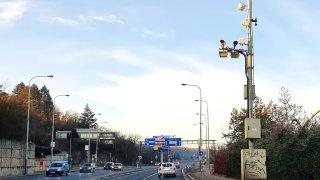 V Praze měří rychlost přes 100 kamer. Jedna z nich hlídá přestupek, který policie nevidí