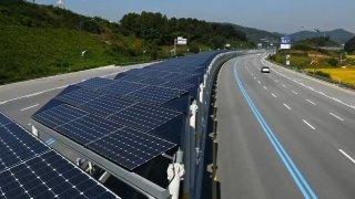 Solární cyklostezka uprostřed dálnice