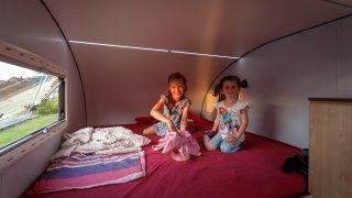 LED osvětlení a velká postel