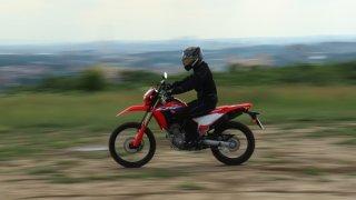Takhle ne - motorkáře na obrázku vykopne ze sedla první hrbol. Jak jezdit na enduru podle expertů?