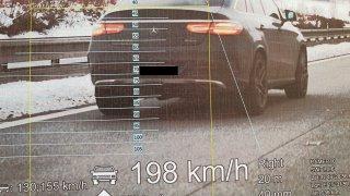 Řítil se po mokré D1 v SUV od Mercedesu skoro dvoustovkou. Už dříve přišel čtyřikrát o řidičák
