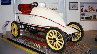 Když elektromobil poprvé překonal rychlost 100 km/h, tak se s tím jezdci parních strojů nesmířili a odpověděli světovým rekordem 120 km/h. To bylo před 115 lety!