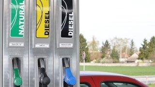 Nešidí stojany u čerpacích stanic? Proč je možné natankovat víc, než je kapacita nádrže