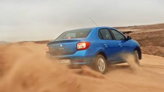 Dacia Logan v odvážné reklamě driftuje pouští ičelí bouřím