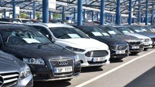 Autobazary lákají falešnými inzeráty na auta, která vůbec nemají. Podvod lze předem odhalit