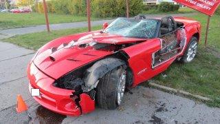 Další supersport na odpis. Řidič v Kladně neudržel na silnici Dodge Viper. Odešel po svých