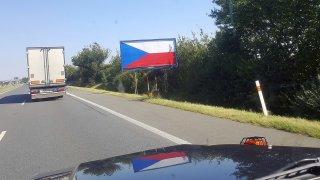 Stovky billboardů s českou vlajkou matou řidiče na