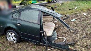 Řidič nezvládl řízení a rozpůlil na Olomoucku svůj passat o strom. Jako zázrakem přežil