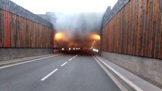 V tunelovém komplexu Blanka havarovali policisté. Auto po převrácení začalo hořet