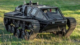 Nudíte se? Kupte si tank! Na prodej je bestie s výkonem supersportu a luxusní výbavou