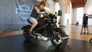 Osedlali jsme elektrický Harley-Davidson LiveWire. Jeho zvuk má připomínat přistávající stíhačku