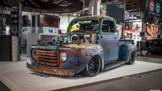 Ošuntělá karoserie starého Fordu ukrývá výkon stíhačky