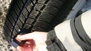 Pozor na sjeté pneumatiky. Hrozí za ně vysoká pokuta, zákaz řízení i problémy s pojišťovnou